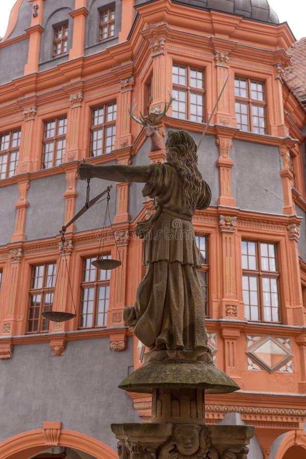 Escultura de señora Justice Justitia a partir de 1591 en la ciudad vieja de Goerlitz fotos de archivo libres de regalías