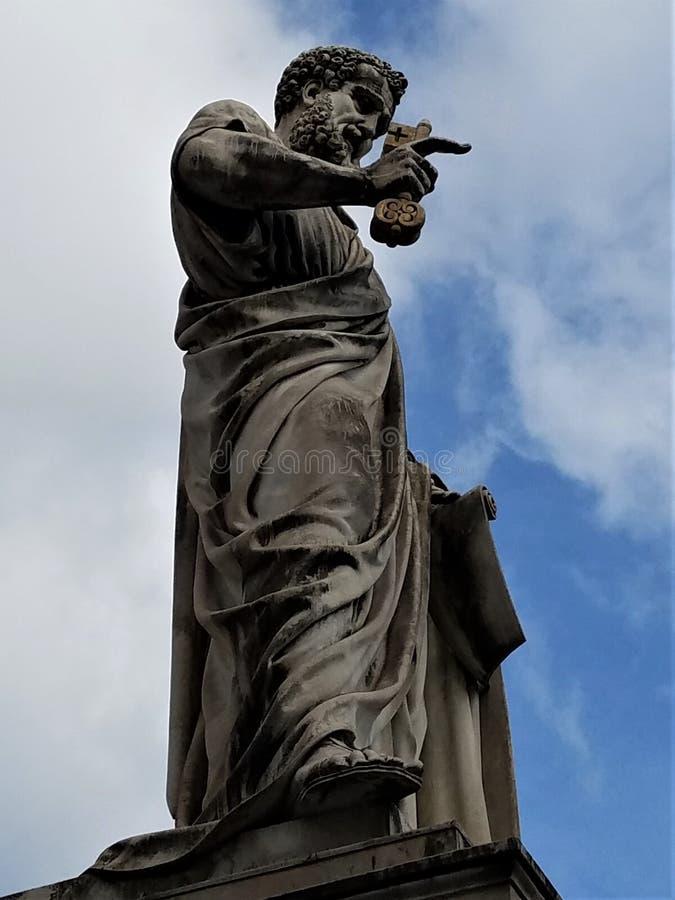Escultura de St Peter no quadrado do ` s de St Peter imagens de stock