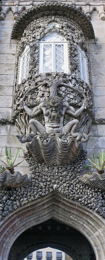 Escultura de Tritón sobre la entrada de la creación en el palacio de Pena imagenes de archivo
