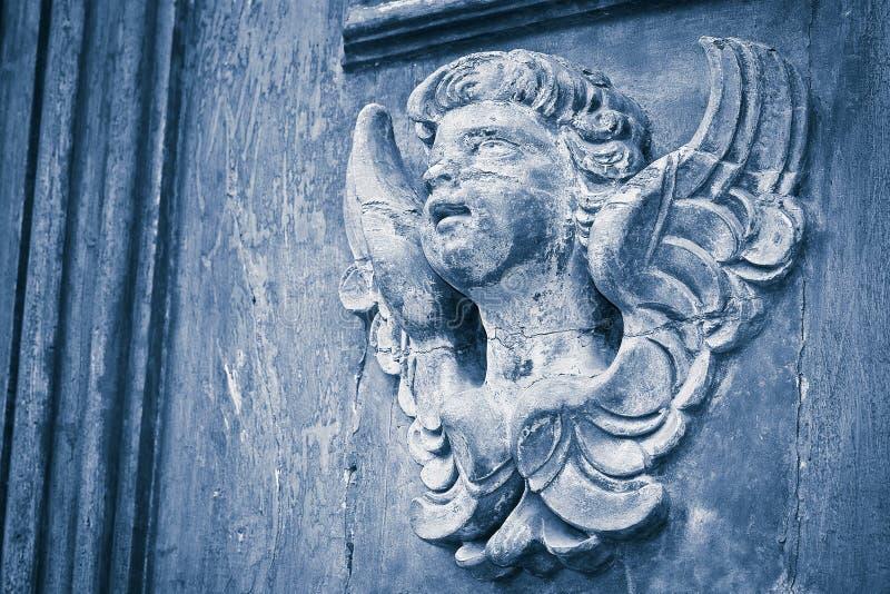 Escultura de um anjo de madeira - mais de 100 anos velho - wi da imagem imagem de stock