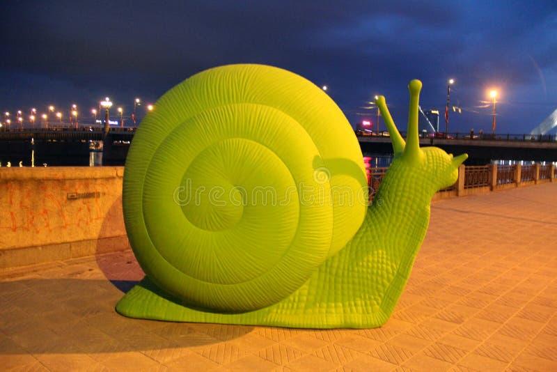 Escultura de um caracol verde fotos de stock