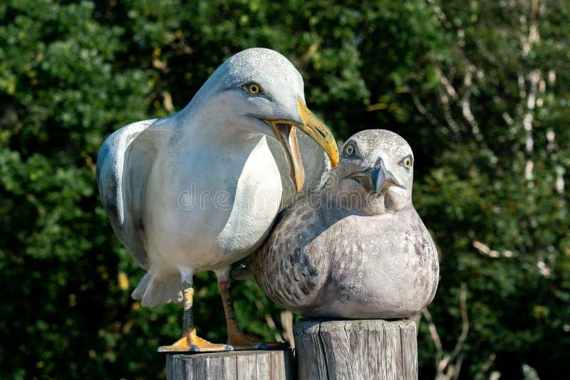 Escultura de um homem e de uma gaivota fêmea imagens de stock