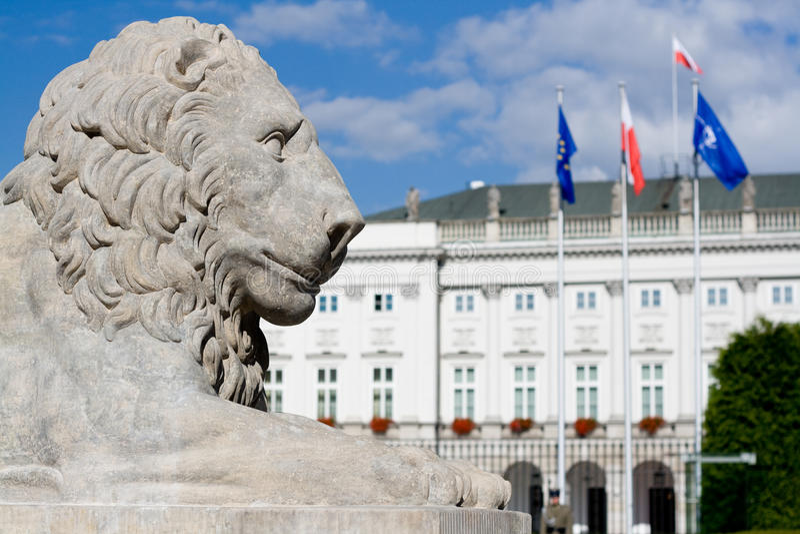 Escultura de um leão perto de Royal Palace em Varsóvia. imagens de stock