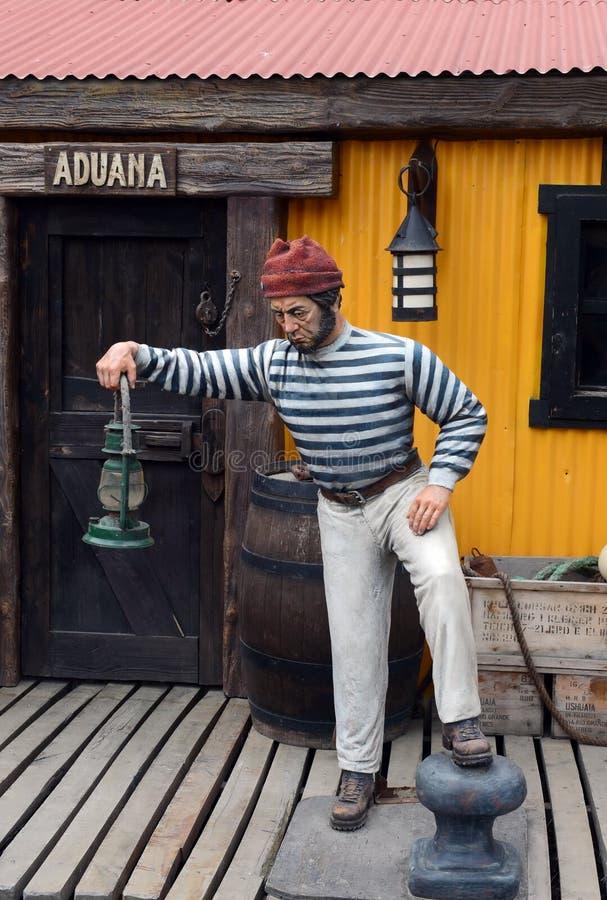 Escultura de um marinheiro na rua de Ushuaia foto de stock royalty free