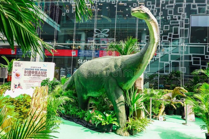 Escultura de um modelo do vale do dinossauro em um parque tropical do jardim do armazém foto de stock royalty free