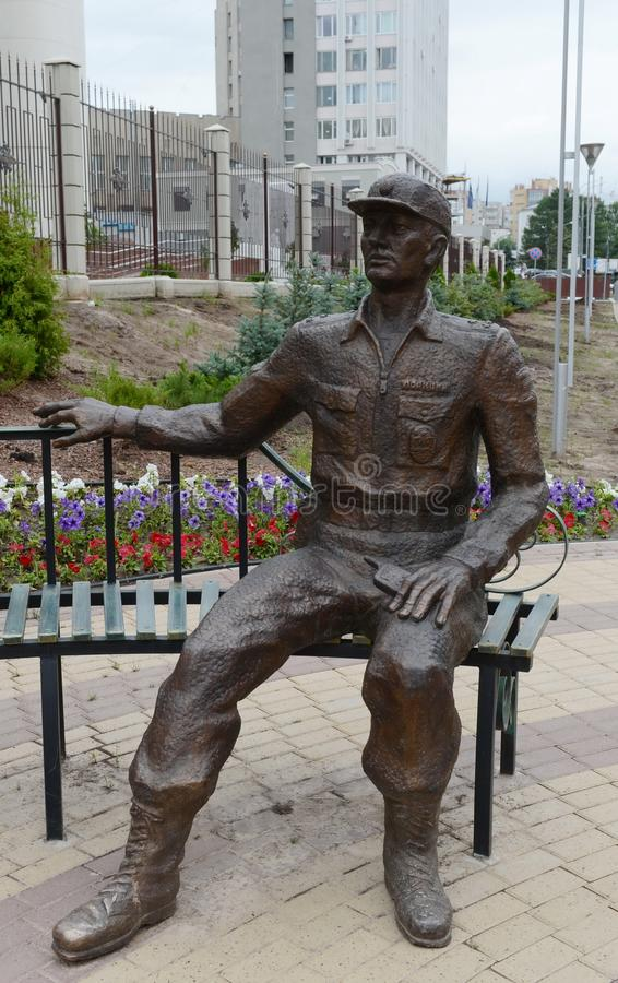A escultura de um ` moderno da composição da polícia guardou pela lei em todo o ` das épocas perto da construção da direção princ fotografia de stock