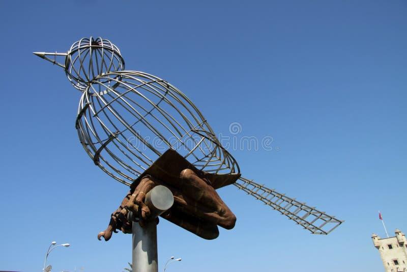 Escultura de um pássaro no quadrado da constituição, um dos quadrados principais de Cadiz fotos de stock