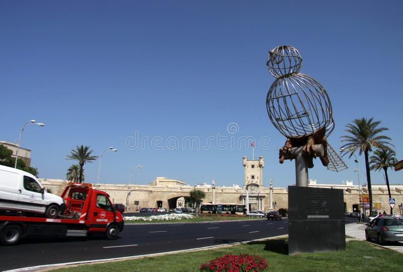 Escultura de um pássaro no quadrado da constituição, um dos quadrados principais de Cadiz fotos de stock royalty free