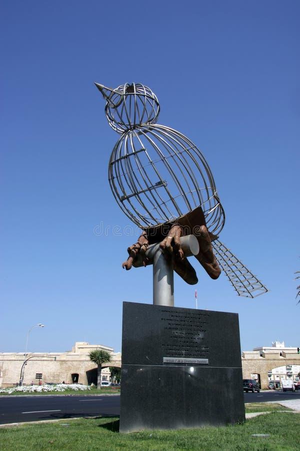 Escultura de um pássaro no quadrado da constituição, um dos quadrados principais de Cadiz imagens de stock royalty free