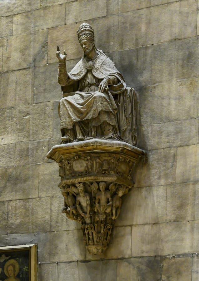 Escultura de um papa dentro de Milan Cathedral, a igreja da catedral de Milão, Lombardy, Itália imagem de stock