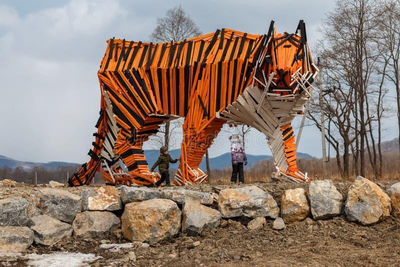 Escultura de um tigre de madeira fotografia de stock royalty free