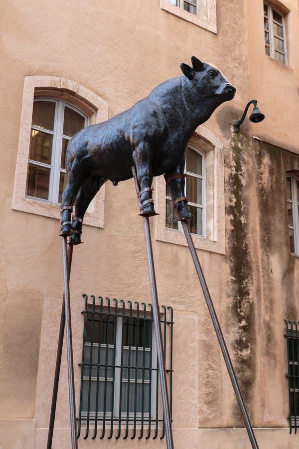 A escultura de um touro em pernas de pau aproxima a câmara municipal na cidade de Marselha imagens de stock royalty free