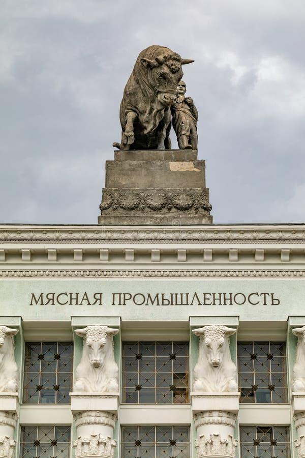 Escultura de um touro no telhado da ind?stria da carne do pavilh?o na exposi??o de realiza??es econ?micas em Moscou imagens de stock