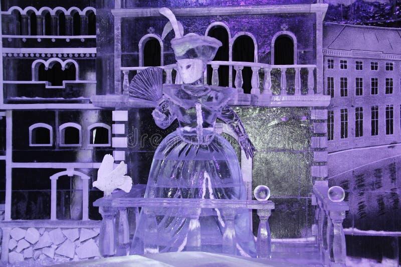 Escultura de uma mulher do gelo com um fã imagem de stock royalty free
