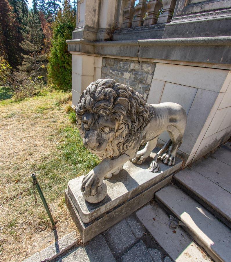 Escultura de un león cerca del castillo rumano de Peles foto de archivo