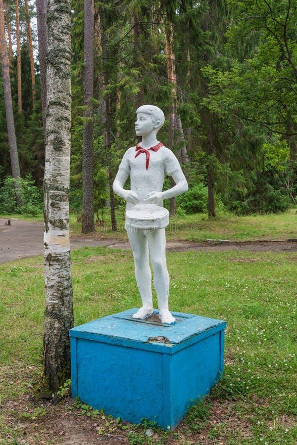 Escultura de un muchacho con un tambor, Rusia imagen de archivo