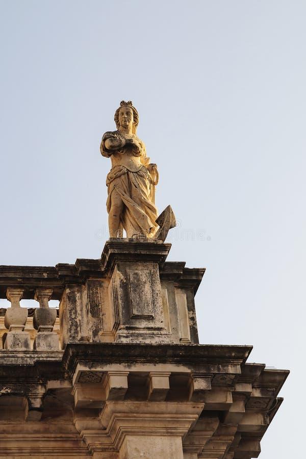 Escultura de un santo en la fachada de la iglesia de St Vlach en la calle de Stradun en la ciudad de Dubrovnik Croacia, Europa foto de archivo