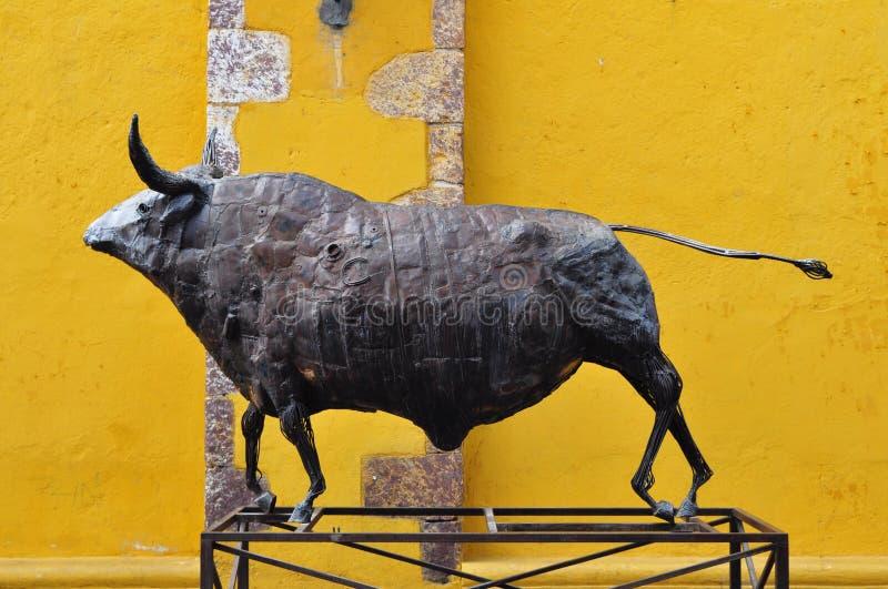Escultura de un toro negro del metal fotos de archivo