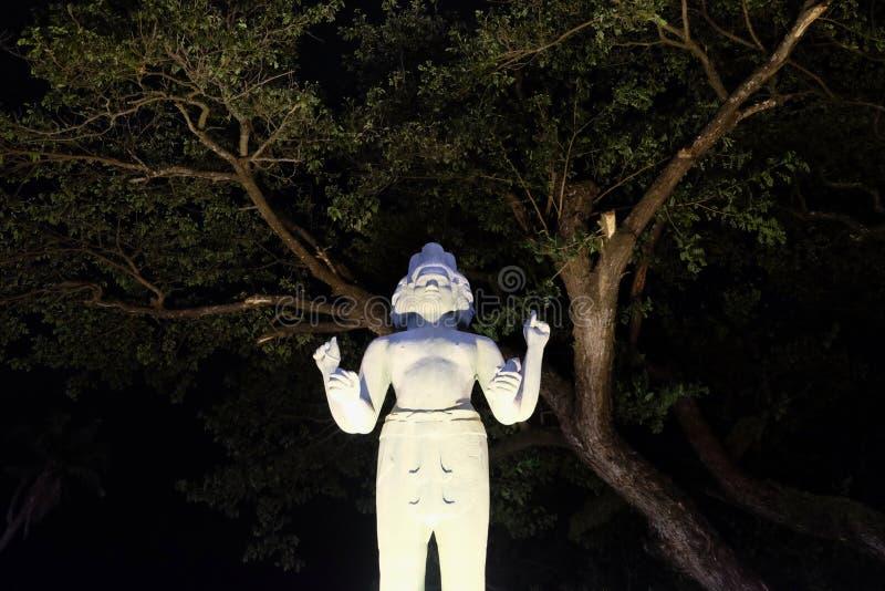 Escultura de una deidad hind? con cuatro brazos y varias caras imagenes de archivo