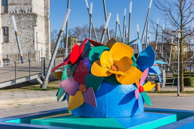 Escultura de una flor en el parque en Gronau imagenes de archivo