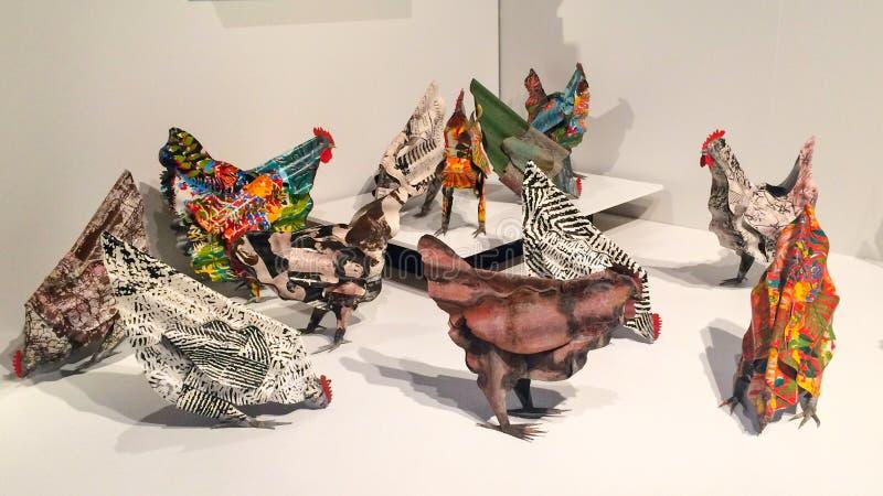 Escultura de una manada de pollos hechos de chatarra imágenes de archivo libres de regalías