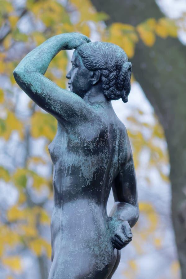 Escultura de una muchacha derecha imagen de archivo