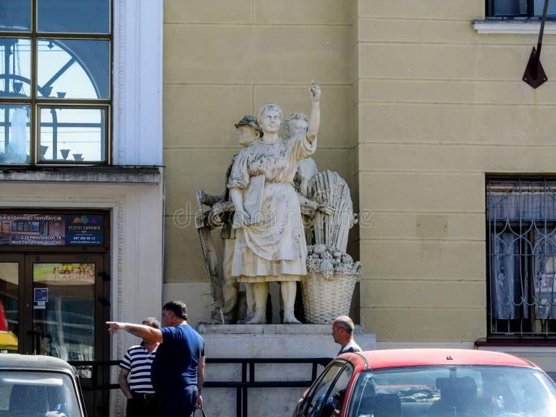 Escultura de una mujer campesina cerca de la entrada al edificio de la estación de tren Mukachevo imagen de archivo libre de regalías