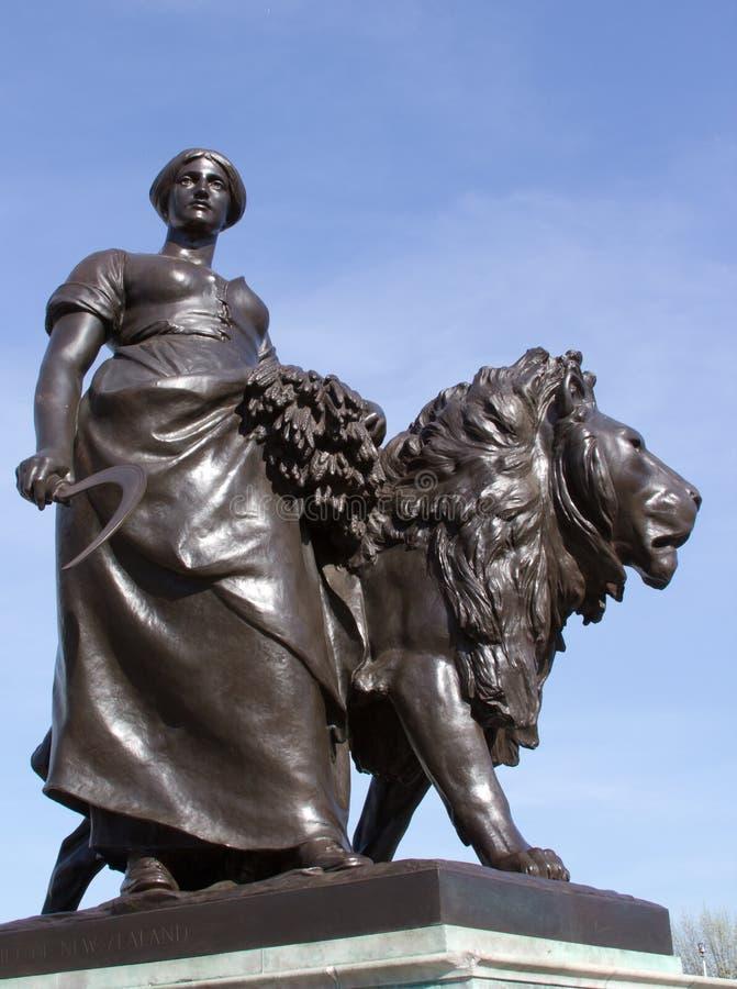 Escultura de una mujer con un león en Londres fotografía de archivo libre de regalías