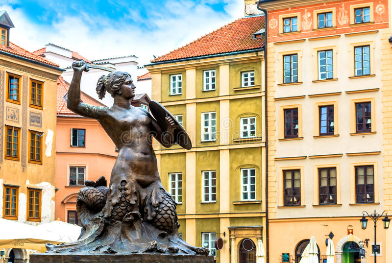 Escultura de una sirena en la ciudad vieja en Varsovia el día soleado con el cielo nublado azul foto de archivo libre de regalías