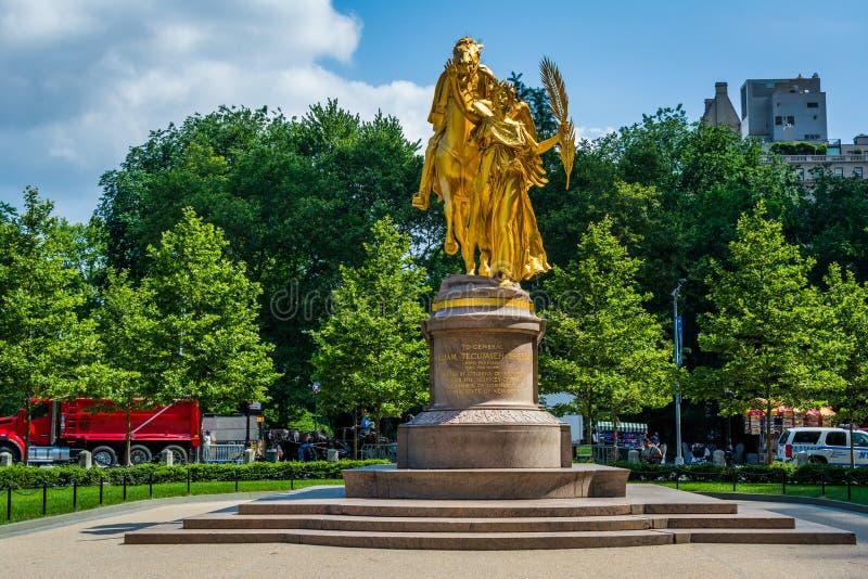 A escultura de William Tecumseh Sherman, na plaza grande do ex?rcito em Manhattan, New York City foto de stock royalty free