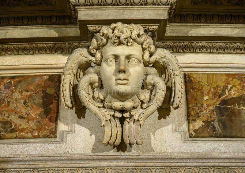 Escultura decorativa de la pared dentro de Milan Cathedral, la iglesia de la catedral de Milán, Lombardía, Italia fotografía de archivo libre de regalías