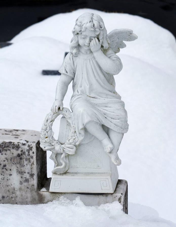 Escultura del ángel en la nieve imagen de archivo libre de regalías