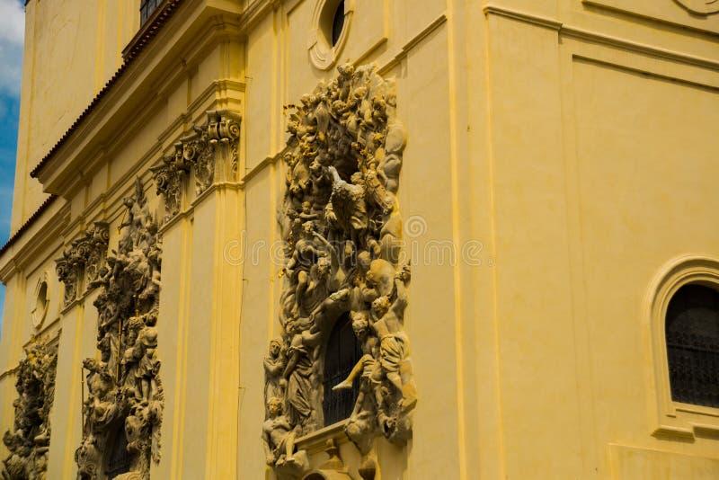 Escultura del alivio en la fachada de la iglesia del santo James The Greater con el monasterio de Minorite en la ciudad vieja de  imagenes de archivo