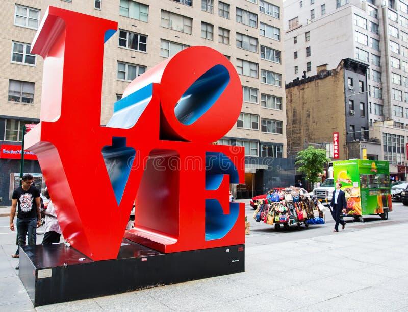 Escultura del amor en la noche en Nueva York fotos de archivo