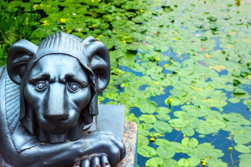 Escultura del arrabio de un león fotos de archivo
