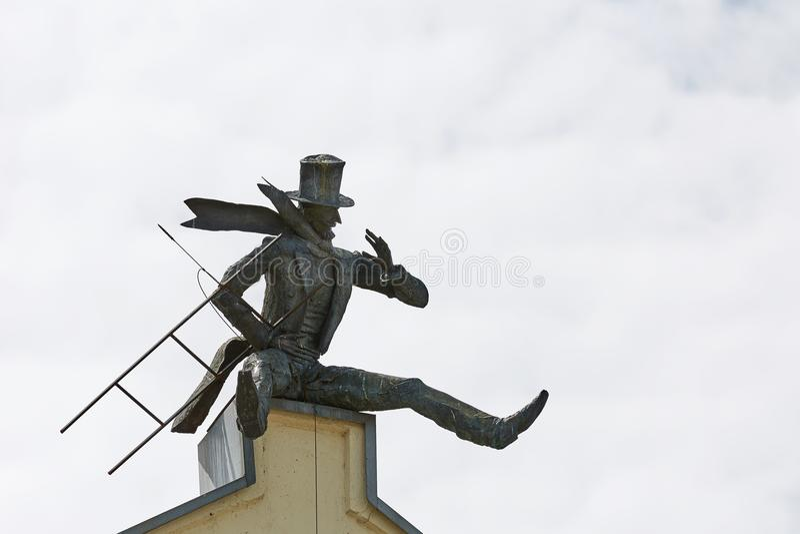 Escultura del barrendero de la chimenea en el tejado en la ciudad vieja de Klaipeda, Lithu fotografía de archivo libre de regalías