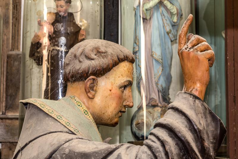Escultura del cierre de la cabeza de Francisco del santo para arriba en el estudio de los artes ilustración del vector