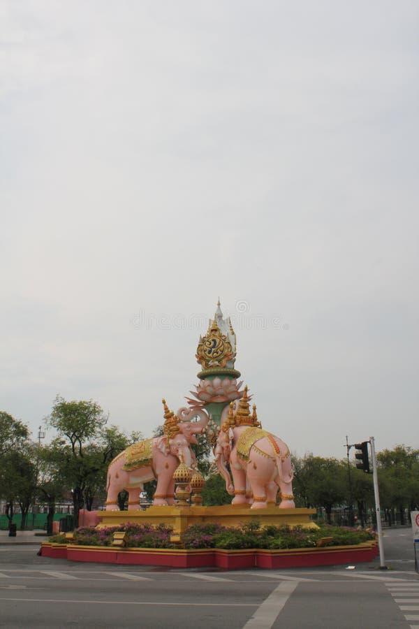 Escultura del elefante delante del templo de Phra Kaew fotos de archivo