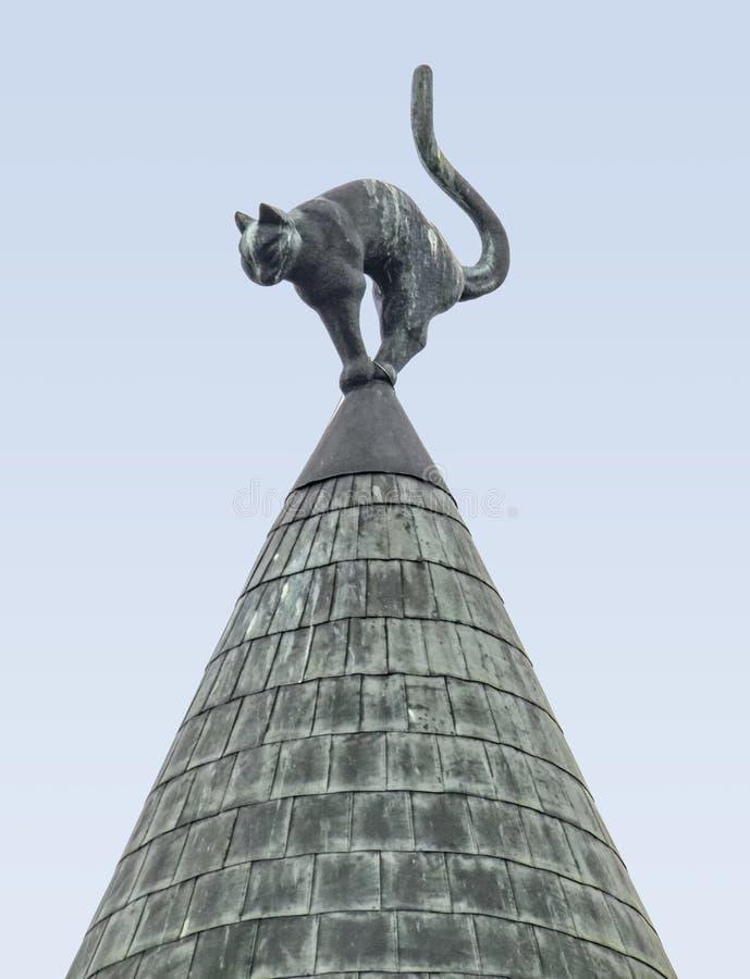 Escultura del gato en un tejado foto de archivo