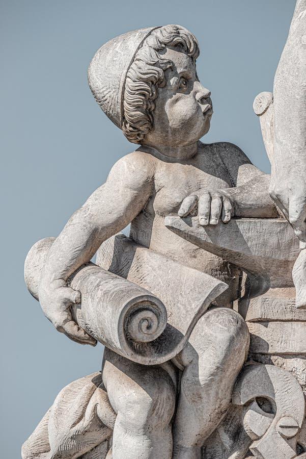 Escultura del ingeniero y de su escolar en el puente de Zoll en el centro de la ciudad de Magdeburgo en el fondo liso de la pendi fotos de archivo libres de regalías