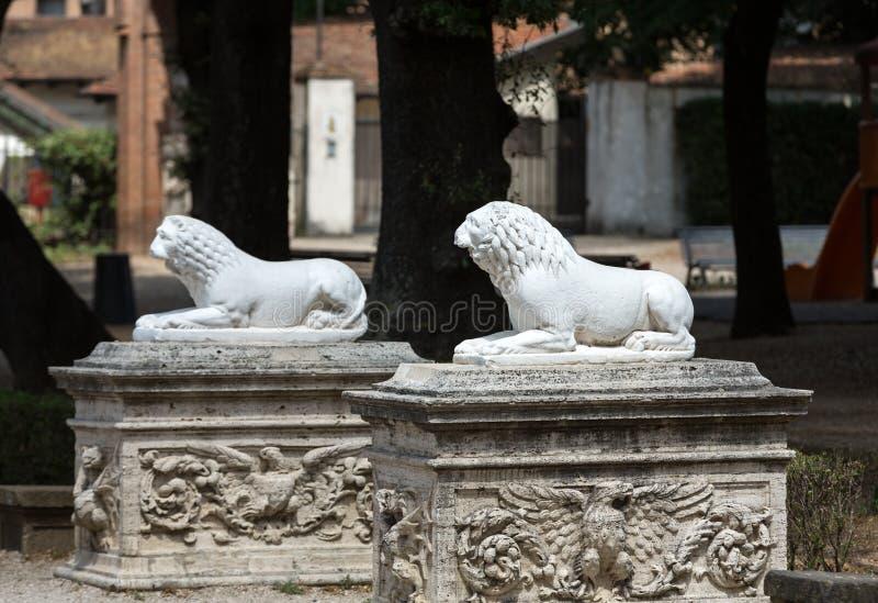Escultura del le n en el jard n del chalet borghese roma for El jardin leon