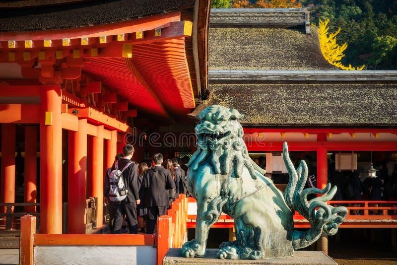 Escultura del león en la capilla de Itsukushima en Miyajima, Japón imagen de archivo