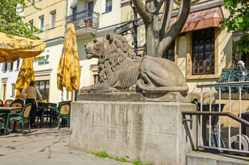Escultura del león en la entrada a la calzada peatonal bajo t imagenes de archivo