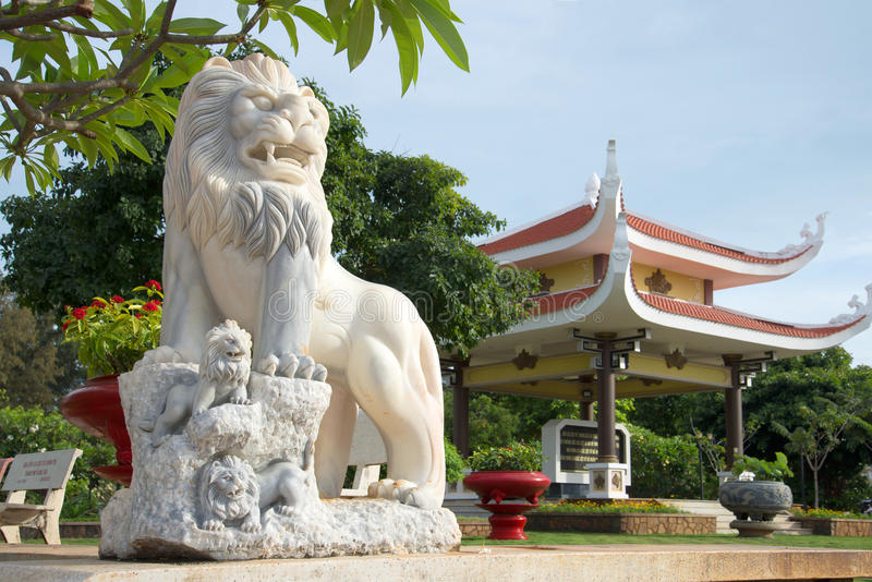 Escultura del león en la entrada a un panteón de Ho Chi Minh Vietnam, Vung Tau imagenes de archivo