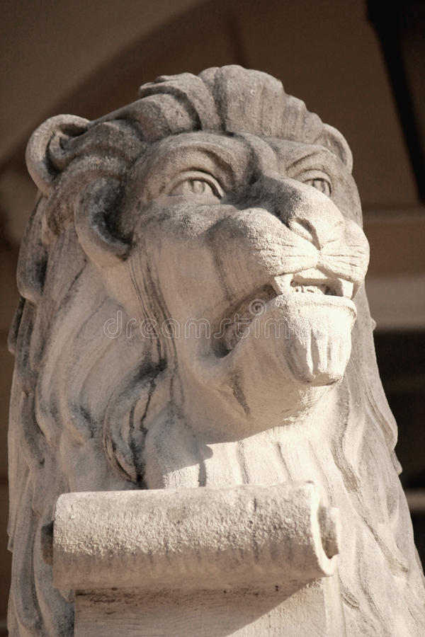 Escultura del león - símbolo tradicional de Lviv fotos de archivo