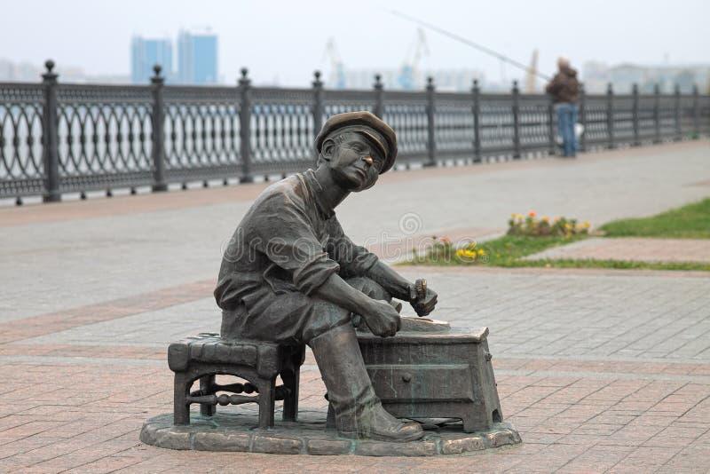 Escultura del limpiabotas en Astrakhan, Rusia imagenes de archivo