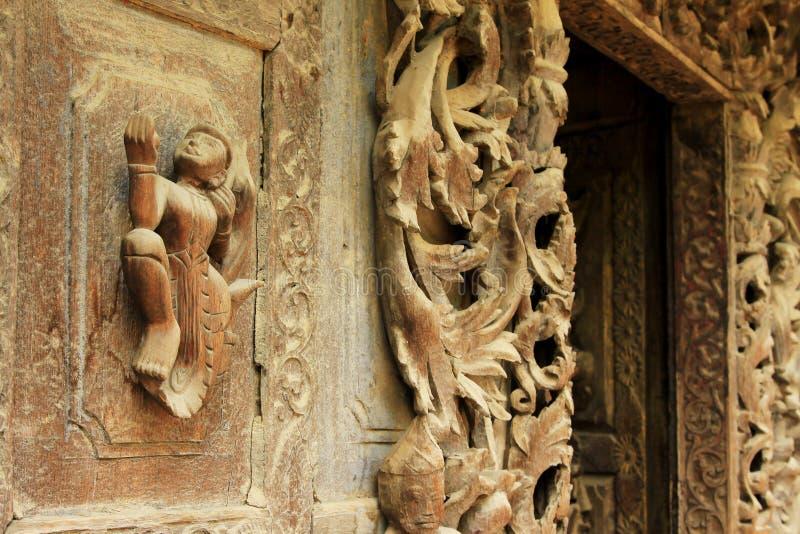 Escultura del monasterio de Shwenandaw, Mandalay, Myanmar fotografía de archivo libre de regalías