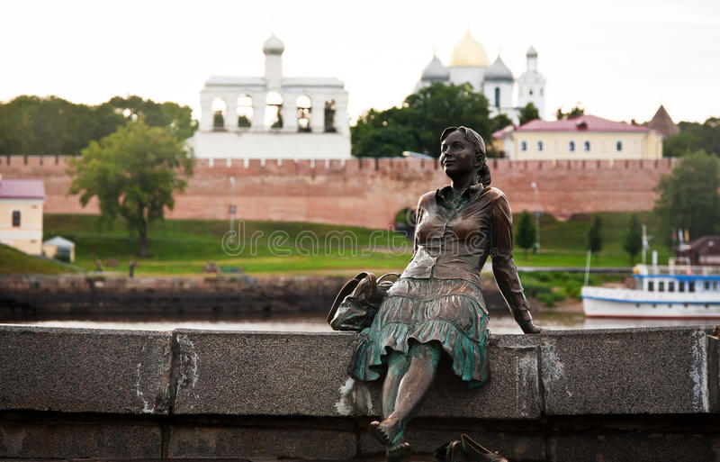 Escultura del novgorod cercano turístico cansado el Kremlin fotos de archivo
