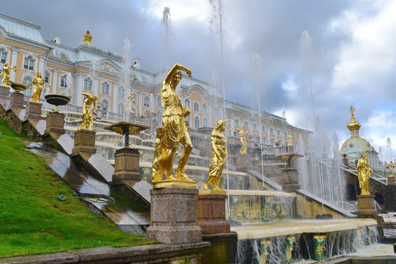Escultura del oro en Catherine Palace, parque de St Petersburg, grande foto de archivo