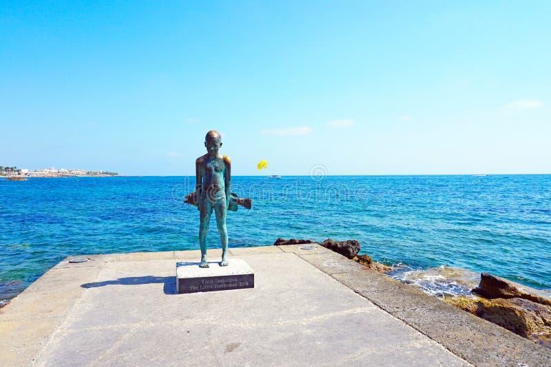 Escultura del pequeño pescador en el terraplén de la ciudad foto de archivo